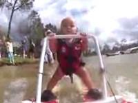 7 Monate altes Baby beim Wasserski