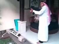 Araber ballert in seiner Wohnung herum