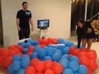 Auf einen Haufen Ballons springen