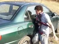 Autoscheibe mit Kopf einschlagen