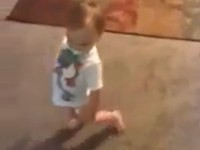 Baby geht wie die Mutter