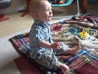 Baby tanzt mit Händen und Füßen