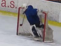 Besoffener Torwart beim Eishockey