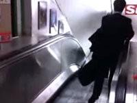 Betrunken die Rolltreppe hinunter
