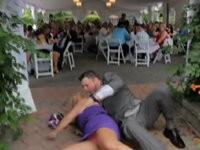 Braut versucht Bräutigam zu tragen