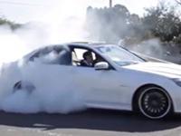 Burn Out mit Hochzeitswagen hinlegen