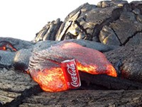 Cola-Dose gegen Lava