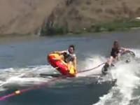Cooler Stunt auf dem Wasser