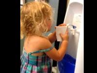 Durstiges Kind bleibt durstig