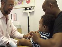 Einem Baby eine Spritze geben