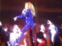 Fan haut Beyonce mitten im Konzert auf den Po
