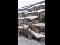 Fiese Schneelawine vom Hausdach