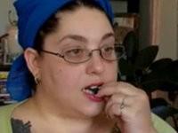 Frau isst täglich Katzenhaare