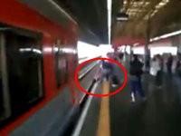 Frau rettet ihr Handy vor einem Zug