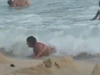 Frau wird am Strand angeschwemmt
