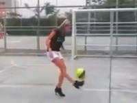 Frauenfussball mit High-Heels