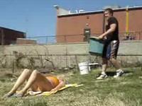 Freundin mit Wasser und Asche überschütten