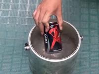 Getränkedose in flüssigem Stickstoff