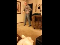 Hund hasst es wenn Opa tanzt