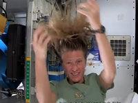 Im Weltraum die Haare waschen
