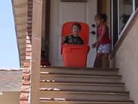 In der Wäschebox die Treppe runter