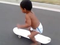 2-jähriger Skateboardfahrer