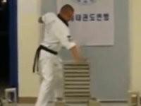 Karatekämpfer vs. 10 Steine