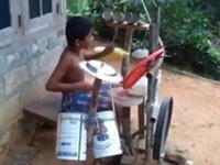 Kind und sein selbstgebautes Schlagzeug
