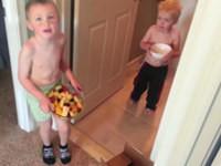 Kinder versuchen ihre Mutter zum Muttertag zu überraschen