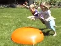 Kinder vs. Wasserballon