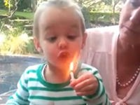Kleines Mädchen will Kerze auspusten