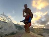 Kleinkind auf Surfbrett