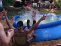 Krasser Bauchklatscher in Pool