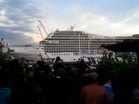Kreuzfahrtschiff spielt Seven Nation Army