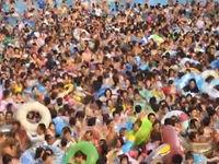 Leicht überfülltes Wellenbad in Tokio