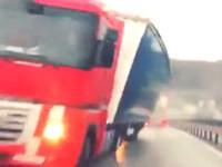 LKW mit extremer Schräglage