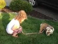 Mädchen zeigt Hund wie man Häufchen macht