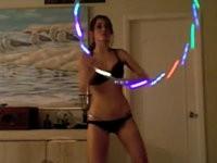 Mädel mit leuchtendem Hula Hoop Reifen