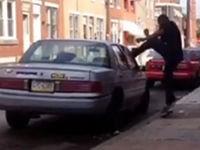 Mann gegen Auto