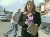 Mann nervt Reporterin