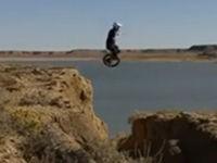 Mit dem Einrad über Abgrund springen