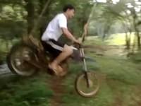 Mit dem Motorrad am Seil hängen