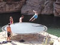 Mit dem Trampolin in den See springen