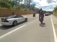 Mit Motorrad in Polizeiauto crashen
