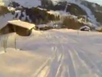Mit Skiern über Polizeiauto springen