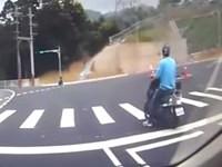Mofa-Fahrer fällt in Gulli