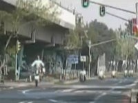 Motorrad Cop fliegt durch die Luft
