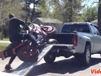 Motorräder verladen geht schief - Compilation