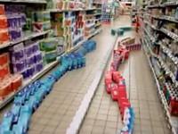 Nachtschicht im Supermarkt hat Langeweile