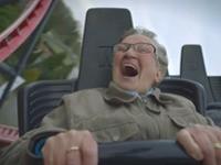 Oma in der Achterbahn